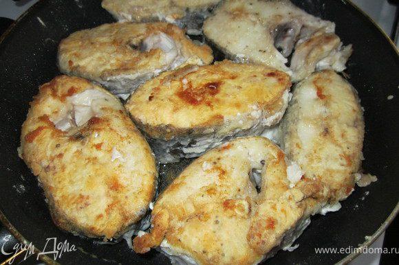 Рыбу порезать на кусочки, посолить, поперчить, обвалять в муке и обжарить на оливковом масле.