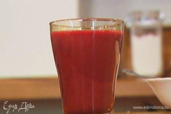 Выжать сок из яблока и ягод.