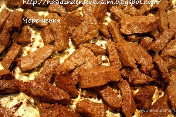 Говядину порезать на кусочки средней величины, и обжарить на сильном огне на смеси сливочного и растительного масел 5-7 минут…