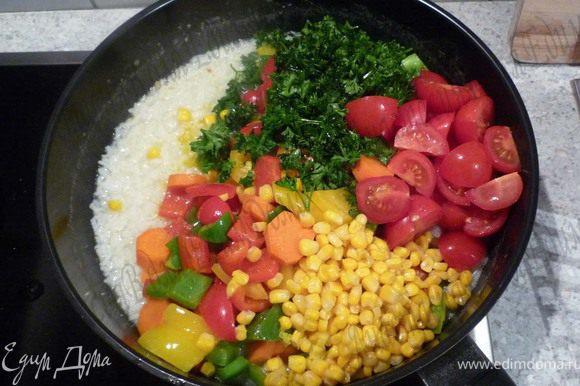 Помидоры помыть и нарезать дольками. Добавить вместе с перцем и морковью, кукурузой и петрушкой к рису. Посолить, приправить чили.
