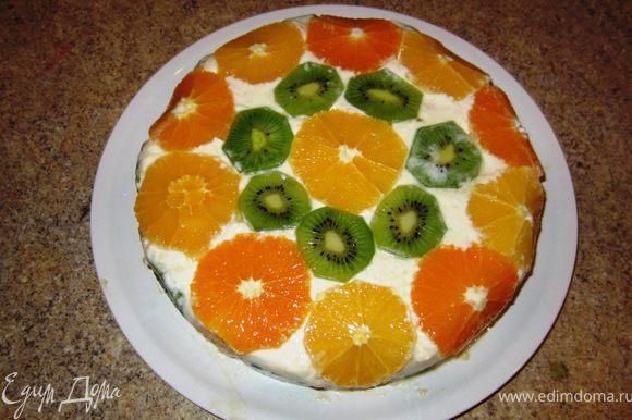 Снимите груз с тарелки и уберите тарелку. Возьмите блюдо, на котором будет находиться торт и переверните вместе с тортом. Приподнимите форму. Медленно и очень аккуратно вытащите торт. У меня он сам под своим весом потихоньку выполз. Снимите пленку. Нарезайте очень острым ножом.