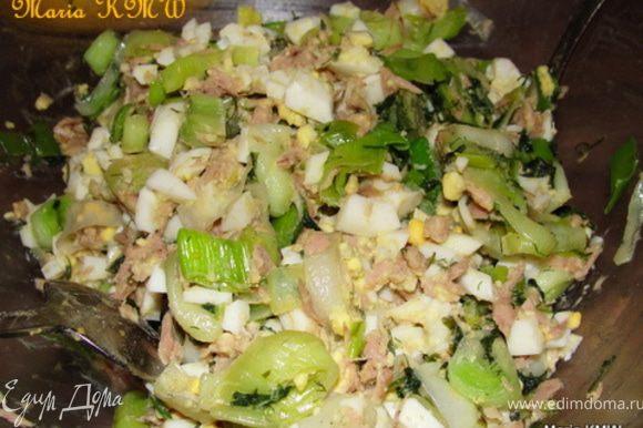 Для начинки #2, обжариваем на сливочном или растительном масле лук порей, смешиваем с рубленными отварными яйцами, тунцом и укропом. Солим, перчим. Готово.