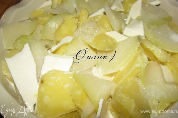 Выложить в жароупорное блюдо картофель, кольраби и нарезанную брынзу.