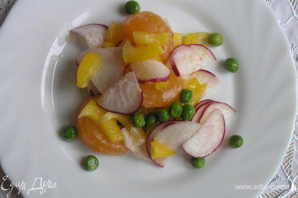 и разложить по тарелкам или индивидуальным салатникам.