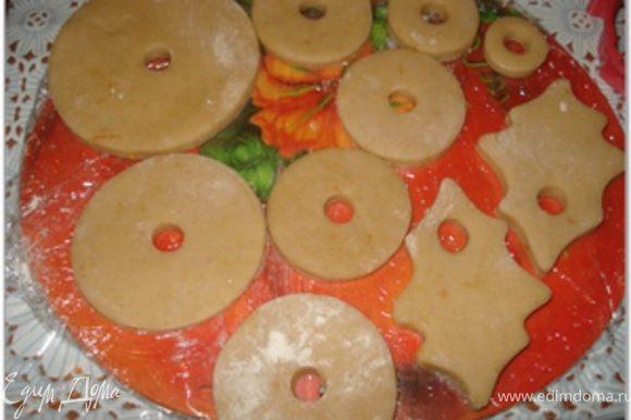 После того, как тесто подойдет. начинается формовка пряников. Берем кусочек охлажденного теста и раскатываем его толщиной около 1.5 см. (Остальное тесто держите в холодильнике). Вырезать фигурки.