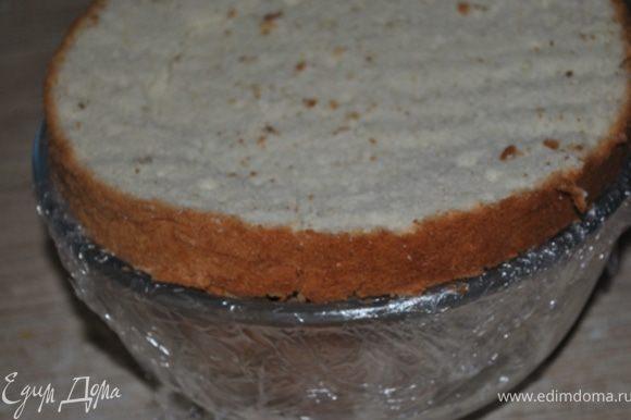 Третий корж пропитать сиропом и уложить сверху. Накрыть пищевой пленкой и поставить торт в холодильник минимум на 2 часа.