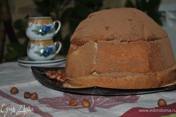 Охлажденный торт перевернуть на тарелку, снять миску и пищевую пленку, посыпать какао или украсить по желанию. Смачного!