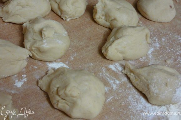 Выложить подошедшее тесто,на поверхность присыпанную мукой.Разделить на маленькие кусочки,около 20 шт.