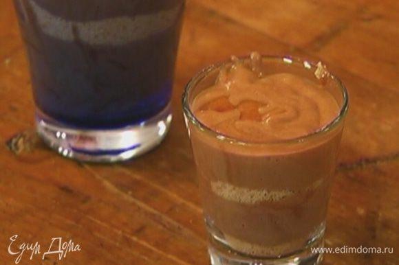 Слоями выложить в стаканы бисквитную крошку и шоколадный мусс, затем отправить в холодильник.