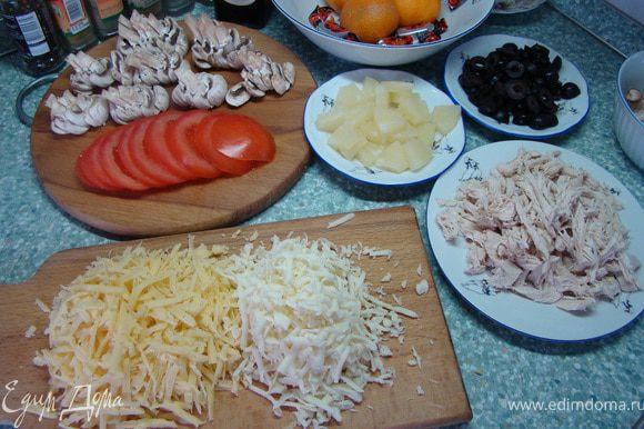 Для топпинга отварите курицу. Затем порежьте и разделите ее по волокнам. Маслины порежьте на кольца. Грибы пластинками. Помидоры кружечками. Кольца ананаса кубиками. Твердый сыр и моцарелла натрите на крупную терку.