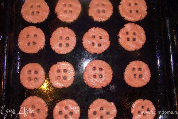 Противень смазать маслом. Скатать небольшие шарики приплюснуть их сделать дырочки в виде пуговок. Выпекать при 180 °С, 10 минут.