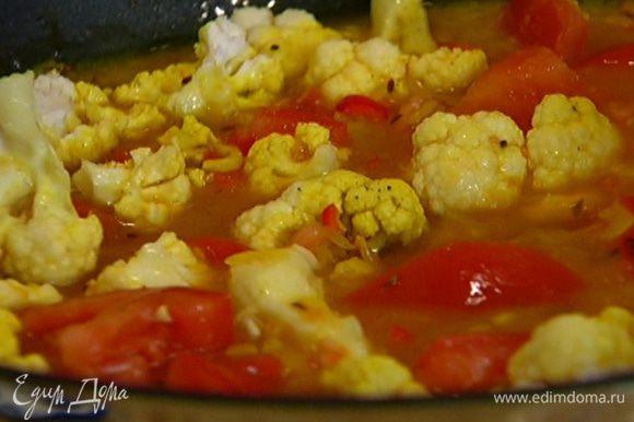 Добавить к рису помидоры и цветную капусту, перемешать и готовить еще 10 минут.