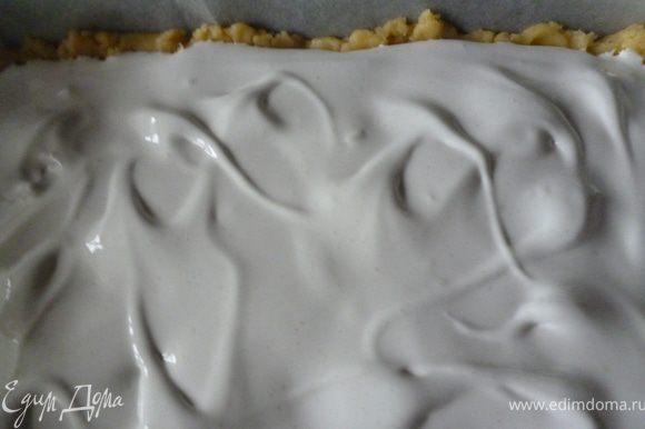 На вишни аккуратно выкладываем взбитые белки и распределяем их по всей поверхности пирога.Выпекаем при температуре 170градусов в течение 35-40минут(меренга должна светло-бежевого цвета,а внутри остаться мягкой и белой).Выключаем духовку и даем пирогу остаться в закрытой духовке еще 20минут.Затем достаем пирог из духовки и нарезаем на пирожные(нож надо нагреть в кипятке).Приятного вам чаепития!