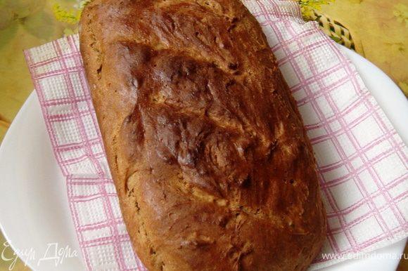 Затем на хлебе делаем несколько прорезов и отравляем выпекаться до готовности, у меня ушло приблизительно 1час10мин. Когда хлебушек испёкся, смазываем его горбушечку водой, накрываем полотенцем и остужаем.