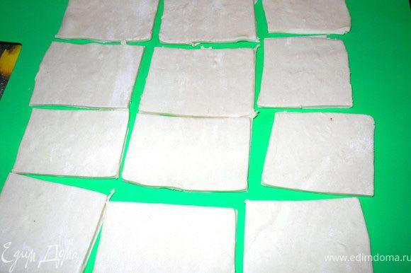 """Слоеное тесто разморозить, тонко раскатать. Я сначала использовала половину теста - 250 г(готовое """"Талосто""""). Разрезала на 12 прямоугольников."""