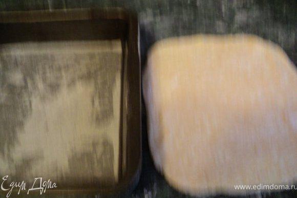 Разделить тесто на 4 части. Каждую часть раскатать и выпекать в форме, застеленной смазанным маслом пергаменте, 15 мин до золотистого цвета.