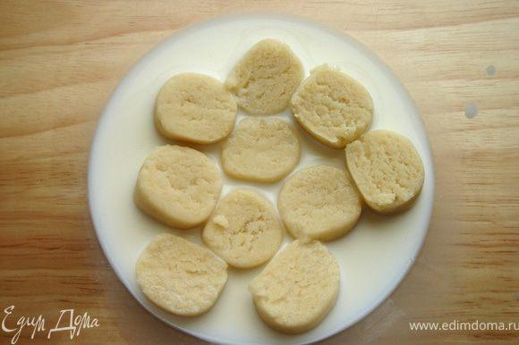 Марципан(http://www.edimdoma.ru/recipes/33068) залить молоком и немного подогреть и растереть до однородной массы.