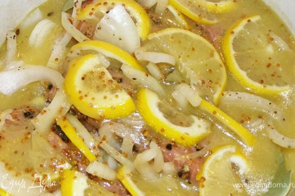 В миске взобьем лимонный сок, сахар, горчицу и масло, когда смесь станет гомогенной, польем ею семгу.