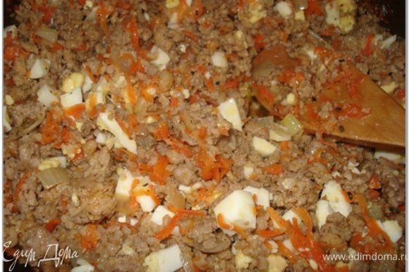 Яйца очистить, мелко порубить и добавить в фарш с морковью. Перемешать.