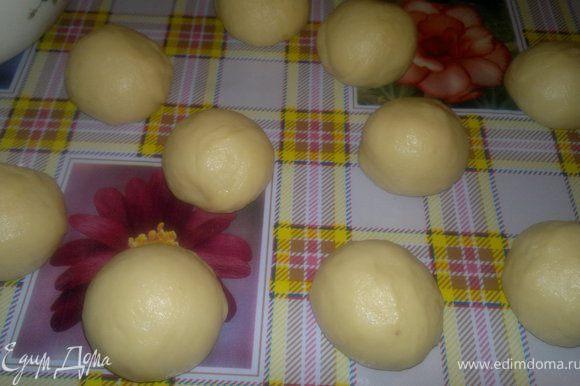 да, можно тесто и не раскатывать,а сразу сделать маленькие шарики а потом по одному раскатывать,но мне кажется удобно как я делала)))