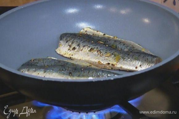 Сардины обмазать маринадом и обжарить на разогретой сковороде с обеих сторон.