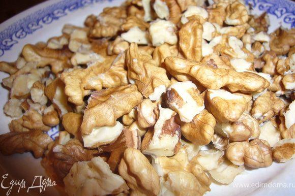 Обжарь орехи на горячей сковороде,без масла