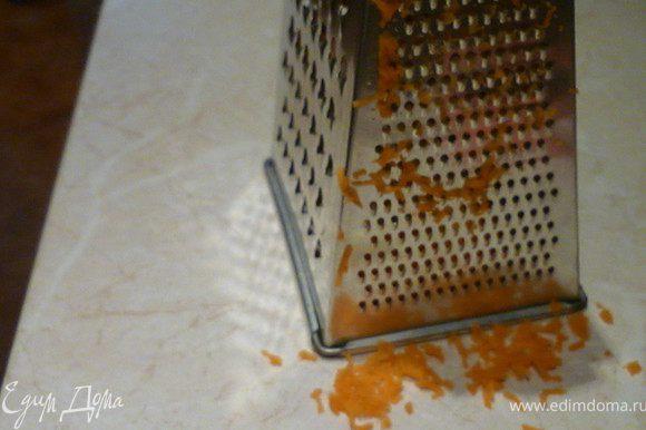 Натираем на мелкой терке морковь и чеснок.