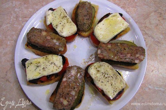 Можно выложить готовые бутерброды на одну тарелку.