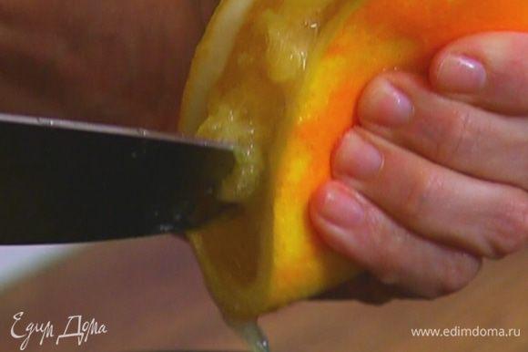 Цедру второго апельсина натереть на мелкой терке, выжать из него сок.