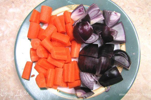 Уберите шумовкой бекон из сковороды и положите в дуршлаг - стекать. Вылейте обратно жир, стекший с бекона. Разрежьте морковь на кусочки длиной два - три сантиметра. Если кусочки в диаметре составляют больше полутора сантиметров - разрежьте вдоль кусочка (возможно на четыре части). Главное, чтобы кусочки морковки были примерно одинаковые. Почистите лук и порежьте крупно на восемь частей.