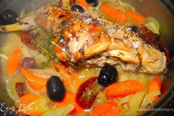 Затем добавить вяленые томаты и маслины, чеснок, бальзамический уксус и тушить до мягкости (примерно час). За 20 мин до готовности добавить морковку, посолить и поперчить. Морковь можно добавить и раньше, просто я люблю, когда она немного твердовата.