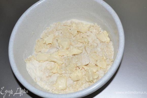 Добавляем кусочками сливочное масло и замесить тесто.