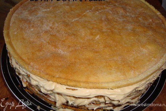 Накрыть следующим, и так до тех пор, пока не останется 1 корж, который был отложен. Им накрываем весь торт таким образом, чтобы ровная сторона оказалась сверху.