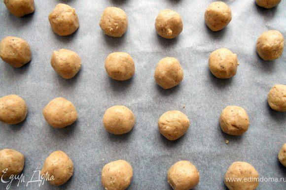 Сформировать небольшие шарики (с грецкий орех или меньше), выложить на противень, застеленный бумагой. Выпекать в предварительно разогретой духовке (до 170+-) около 10-13 минут. Печенье должно остаться светлым (дно немного потемнеет), в горячем виде достаточно мягким.