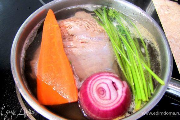 Варим мясо в воде, положив туда очищенные лук с гвоздикой, разрезанную морковку, сельдерей и петрушку, в течение 1 часа.