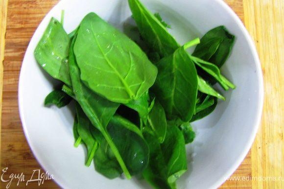 Шпинат с чесноком и оливковым маслом Бесподобная штука. По крайней мере мне очень нравится (хотя, конечно, на вкус и цвет...) Листья шпината промываем в проточной воде.
