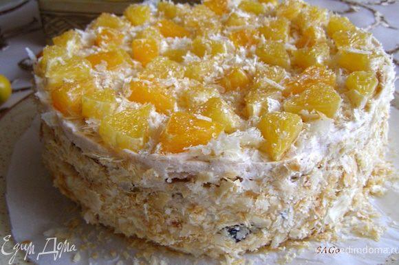 Посыпаем верх и бока торта крошкой от коржей (у нас были 8 испечённых уголков). Выкладываем дольки апельсинов в сахаре. Ставим торт в холодильник, лучше на ночь, чтобы пропитался как следует.