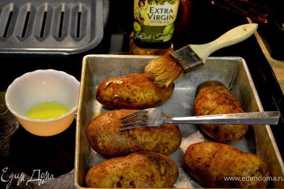 Вымыть картофель,обсушить. Проткнуть вилкой каждый картофель для лучшего запекания.Обмазать раст.маслом.Выложить на противень.