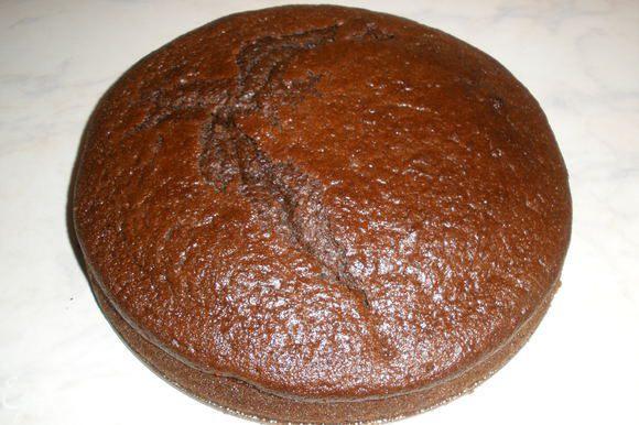 """Испечь бисквит по рецепту """"Шоколад на кипятке"""". Дать ему остыть и разрезать на 3 части."""