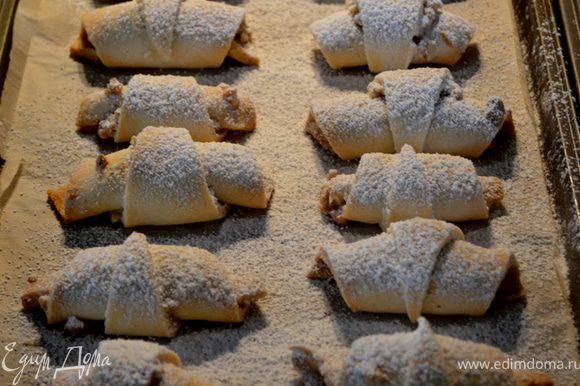 Разогреть духовку на 160гр. и выпекать примерно 35-40мин.До слегка коричневого цвета.Готовые выставить из духовки и посыпать сахаром или сах.пудрой