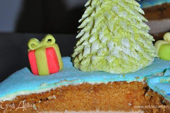 Застывший торт покрываем маслом со сгущенкой и накрываем мармышковой мастикой. Украшаем фигурками.
