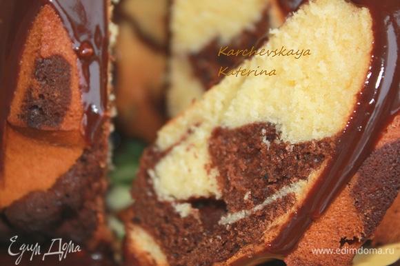 Достать готовый кекс из духовки и дать ему остыть минут 10–15, кекс легко выйдет из формы. Затем полить готовой глазурью.