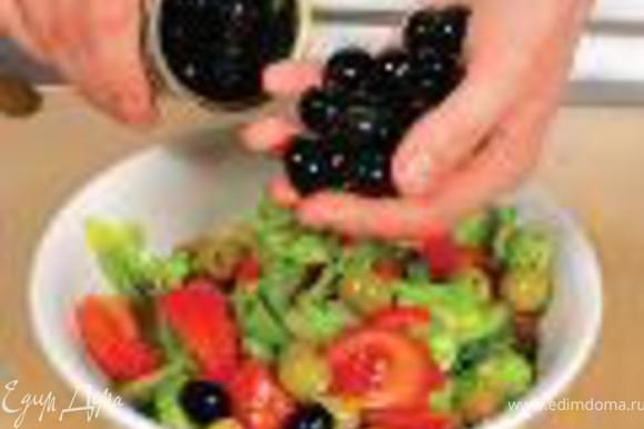 Сложить овощи в салатницу, добавить оливки, маслины и замаринованный лук.