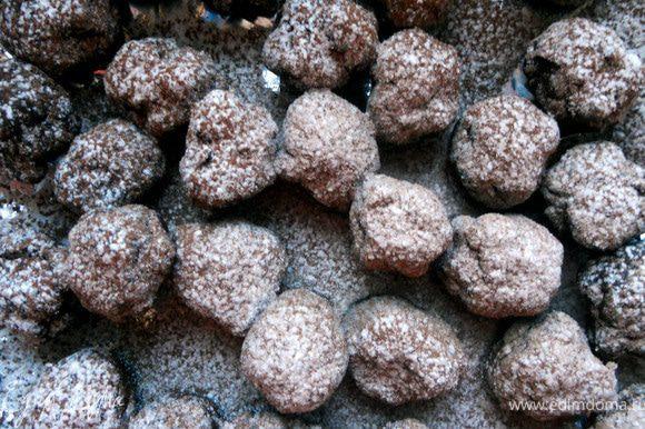 Сформировать конфеты ***как я сказал, масса очень крепкая, поэтому ровные конфеты не получились***. Обвалять в смеси какао и сахарной пудры (просеять). Хранить в холодильнике до 5 дней, примерно на 25 штук.