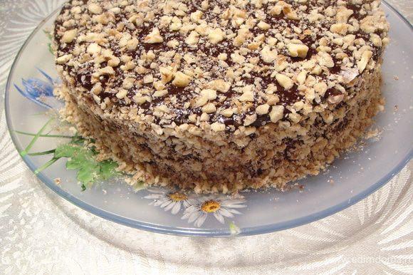 Готовый торт обсыпать орехами. Оставить торт пропитываться при комнатной температуре два дня.