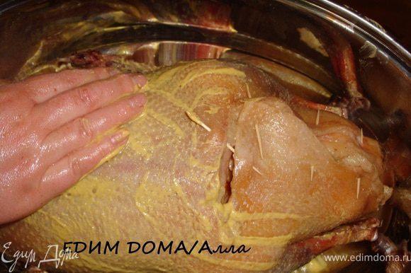 Сколоть зубочистками брюшко гуся (или зашить), обмазать всего гуся горчицей.