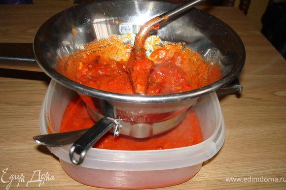 Начинаем из соуса: на сковородку с растительным маслом кладем нарезанный лук и перцы, тушим 10-15 мин.,потом ,пропущенный через чесночницу, чеснок, петрушку, соль.Оставляем на огне на 5 мин,добавляем нарезанные томаты, тушим 15 мин. Пропускаем томатную массу через сито.