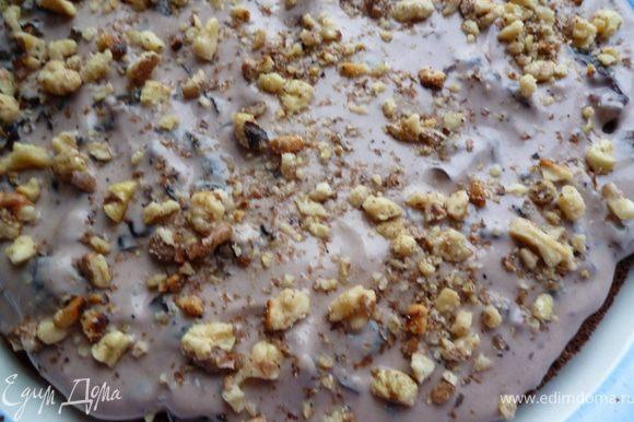 Затем наносим крем и сверху на крем орехи.