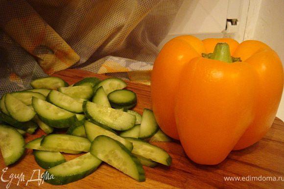 Порезать болгарский перец на кубики. Огурец порезать дольками. Картофель очистить,остудить и порезать также дольками.