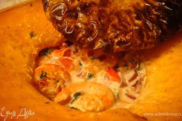 Фаршируем нашу тыкву креветками с этим обалденным соусом и отправляем в духовку еще на 10-15 минут.